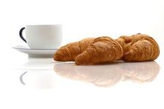 咖啡新月形面包杯子 图库摄影