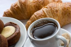 咖啡新月形面包 免版税库存照片