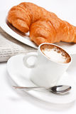 咖啡新月形面包 库存图片