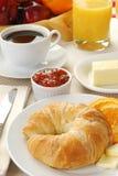 咖啡新月形面包 免版税库存图片