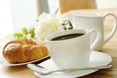 咖啡新月形面包 图库摄影