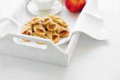 咖啡时间用波兰乳脂干酪曲奇饼Kolacky用苹果果酱 库存照片