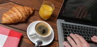 咖啡时间和膝上型计算机 库存图片