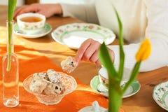 咖啡曲奇饼制表采取妇女 库存图片