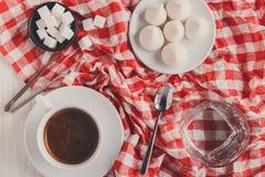 咖啡更多时间 款待和咖啡在方格的布料 免版税库存图片
