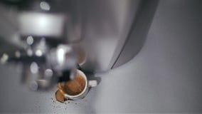 咖啡机做在一个白色杯子的咖啡 咖啡倾吐在杯子外面 股票录像