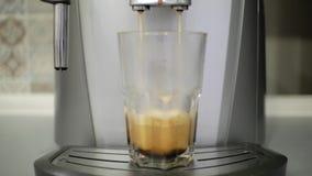 咖啡机准备咖啡入玻璃 股票录像