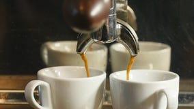 咖啡机器倾吐的浓咖啡到在慢动作的杯子里 股票录像