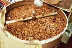 咖啡机器研咖啡豆 免版税库存照片