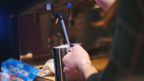 咖啡机器-热的牛奶涌入热奶咖啡的,咖啡馆一个杯子 影视素材