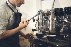 咖啡机器Barista研磨机蒸汽咖啡馆概念 免版税图库摄影