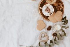 咖啡杯、曲奇饼和装饰在床上 甜家,静物画概念 库存图片