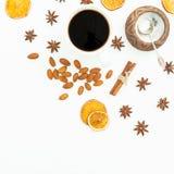 咖啡杯、桂香、杏仁和桔子的圣诞节概念在白色背景 平的位置,顶视图 免版税库存图片