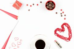 咖啡杯、甜点、唇膏、心脏形状和giftbox在白色背景 华伦泰` s天概念框架 库存图片