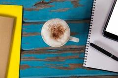 咖啡杯、笔记薄、智能手机、笔和日志 免版税库存照片