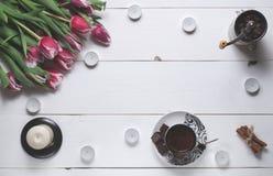 咖啡杯、蜡烛、磨咖啡器和郁金香对国际妇女` s天 库存图片