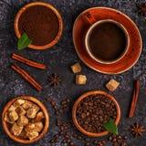 咖啡杯、豆、地面粉末和糖 免版税库存图片
