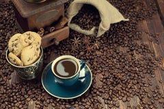 咖啡杯、豆和老研磨机 免版税库存图片