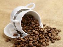 咖啡杯。 在粗麻布2的咖啡豆 库存照片