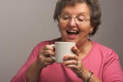 咖啡杯享用高级妇女 免版税库存照片