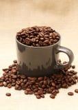 咖啡杯充满在粗麻布2的豆 免版税图库摄影