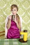 咖啡杯厨房减速火箭的葡萄酒妇女 免版税库存照片