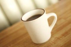 咖啡杯吃饭的客人 免版税库存照片