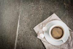 咖啡杯和两蛋白甜饼 免版税库存图片