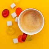 咖啡杯和五颜六色的糖果 图库摄影