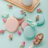 咖啡杯和五颜六色的macaron在淡色背景顶视图 免版税图库摄影