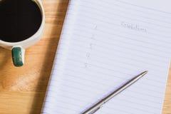 咖啡杯和决议 免版税库存照片