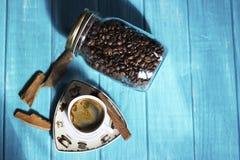 咖啡杯和咖啡在boutle 免版税库存照片