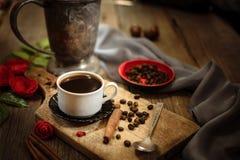 咖啡杯和咖啡豆在木桌上 库存照片