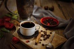 咖啡杯和咖啡豆在木桌上 图库摄影