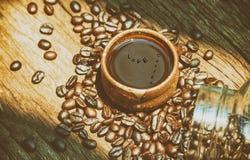 咖啡杯和咖啡豆在老木背景 顶视图 库存照片