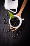 咖啡杯和咖啡豆在黑色 免版税库存图片