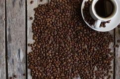 咖啡杯和咖啡豆 免版税图库摄影