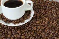 咖啡杯和咖啡豆 免版税库存照片