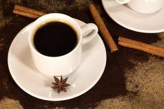 咖啡杯和地面豆在老袋装 与copyspace的顶视图您的文本的 库存照片