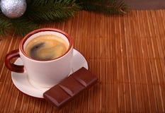 咖啡杯和巧克力在木桌纹理 Coffeebreak 背景圣诞节关闭红色时间 免版税图库摄影
