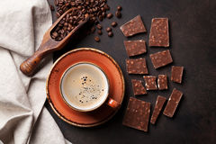 咖啡杯和巧克力在老厨房用桌上 库存图片