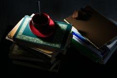 咖啡杯和曲奇饼在堆书 免版税图库摄影