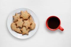 咖啡杯和曲奇饼在板材 免版税库存照片