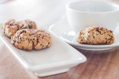 咖啡杯和混杂的坚果曲奇饼 免版税库存图片