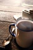 咖啡杯和烧瓶有牛仔齿轮的在大农场 免版税图库摄影