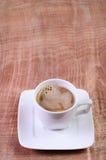 咖啡杯和热水在一张木桌上 库存照片