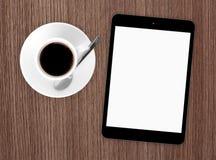 咖啡杯和片剂个人计算机大模型 库存图片