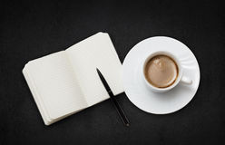 咖啡杯和笔记本 免版税库存图片