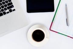 咖啡杯和膝上型计算机事务的 库存照片