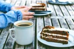 咖啡杯和蛋糕在一张木葡萄酒桌上 行家概念 妇女饮料咖啡 杯americano和macchiato 库存照片